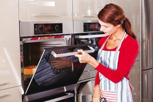 Чим відмити духовку від старого пригорілого жиру: топ-кошти
