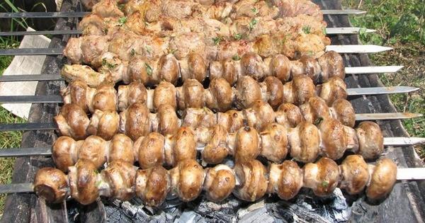Печериці на мангалі: рецепти найсмачніших маринадів