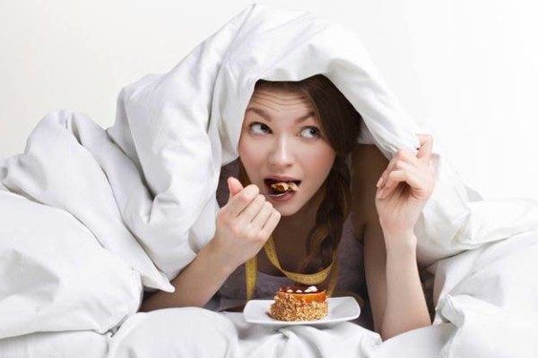 Що можна їсти на ніч, а що не можна: перелік продуктів