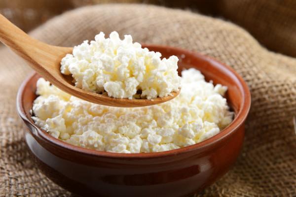 Як зробити смачний домашній сир з кислого молока