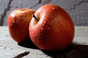 Скільки вуглеводів в зеленому і червоному яблуці