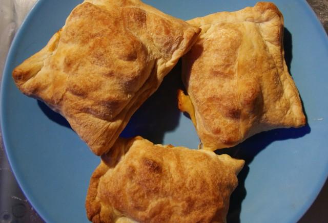Слойки з куркою - простий рецепт, з грибами, з сиром
