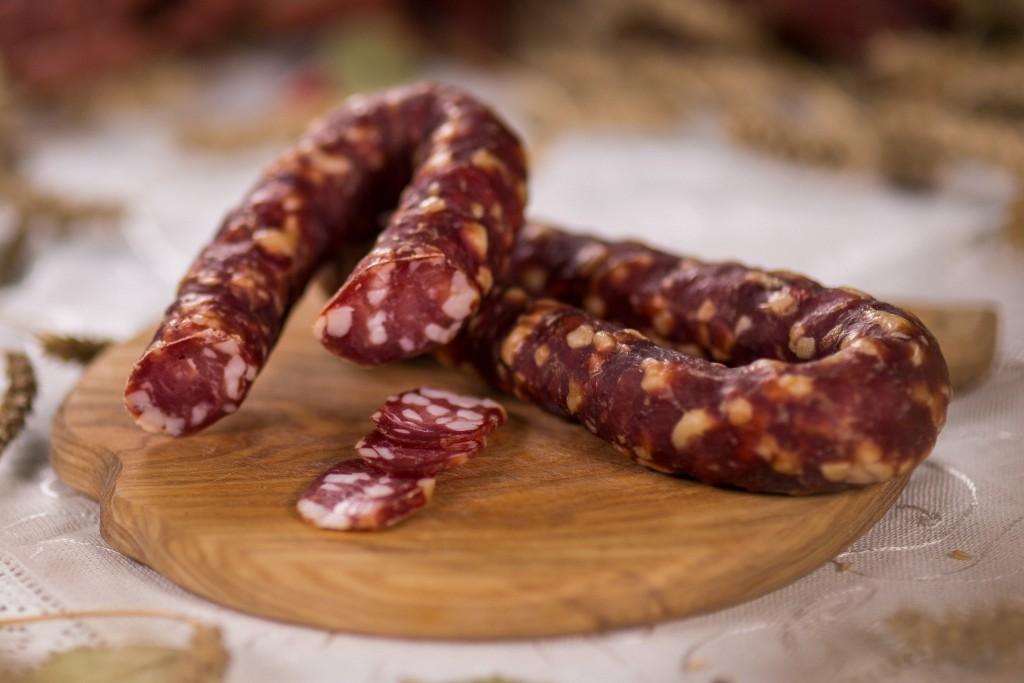 Сирокопчена ковбаса в домашніх умовах: рецепти покроково