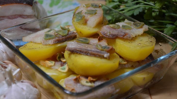 Картопля з салом в духовці: з часником, у фользі, кораблики
