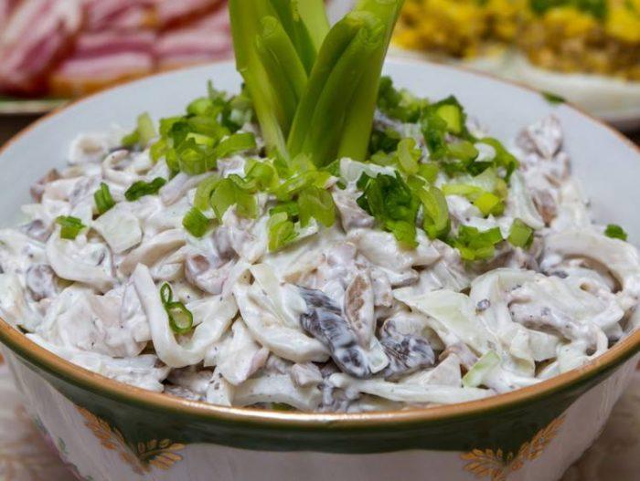 Салат з грибами і кальмарами: рецепти покроково, калорійність