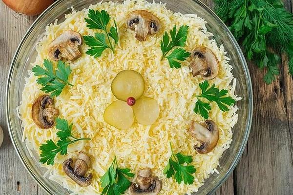 Салат з солоними грибами: з огірками, куркою, картоплею