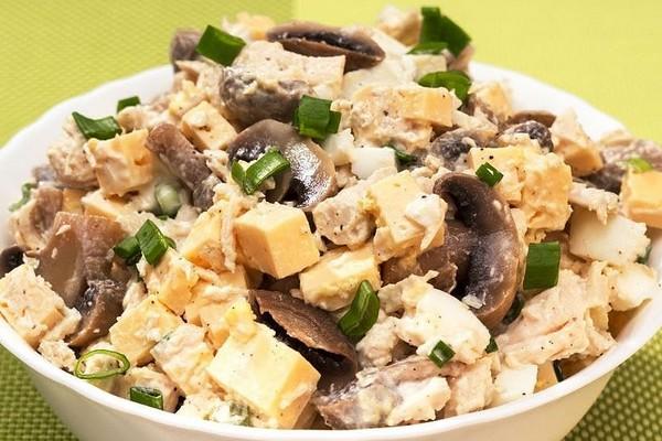 Салат курячий з грибами: цікаві рецепти з фото покроково