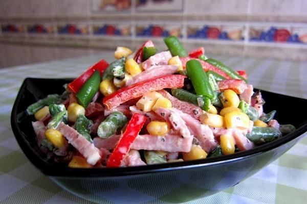 Салат з шинкою і кукурудзою (з капустою, огірком): рецепти