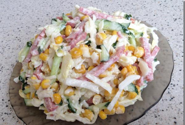 Салат з кукурудзою і ковбасою (копченої і вареної): рецепти