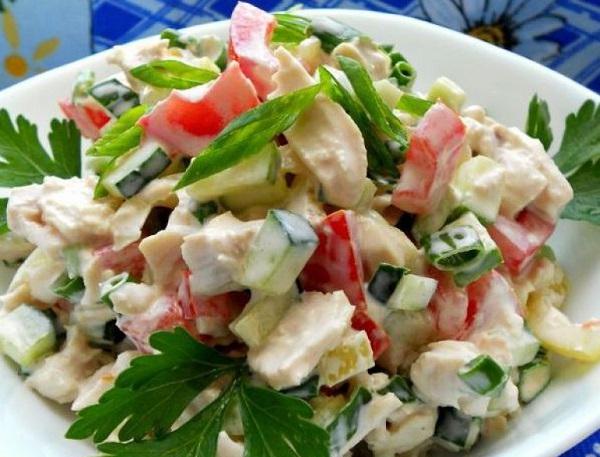 Салат з куркою і шинкою (з огірком, сиром): фото-рецепти