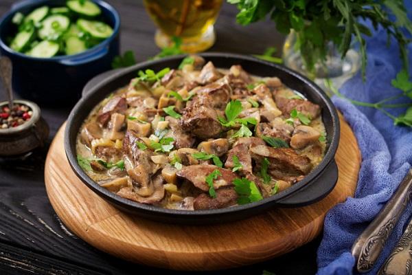Куряча печінка з грибами: рецепти з картоплею, чорносливом