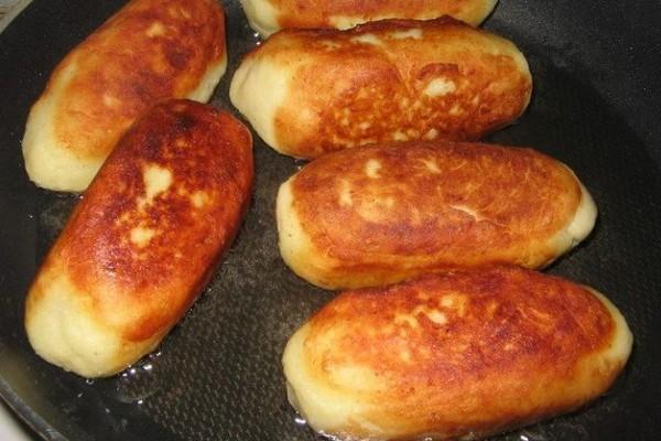 Сосиски в картопляному пюре на сковороді в духовці: рецепти