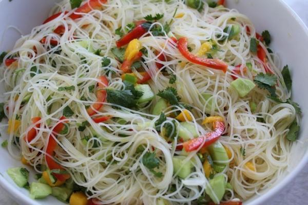 Салат з рисовою локшиною (з куркою, овочами): рецепти з фото