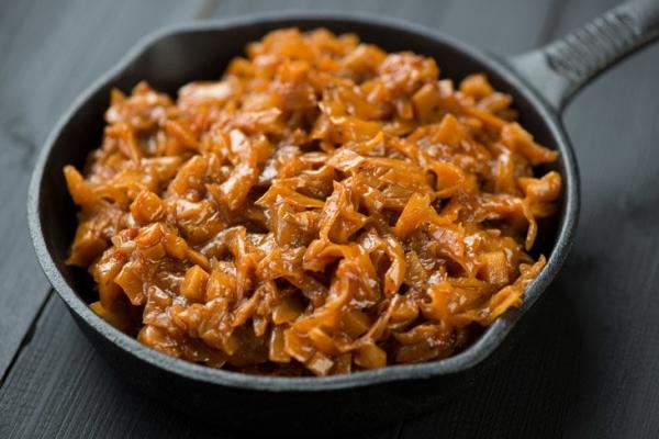 Тушкована капуста з томатною пастою: рецепти з м'ясом, грибами