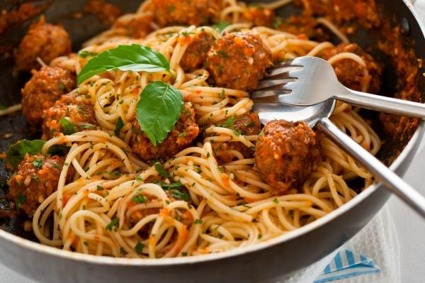 Спагетті з фрикадельками в томатному, вершковому соусах