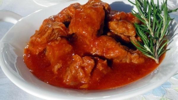 Яловичина в томатному соусі на сковороді в духовці - рецепти