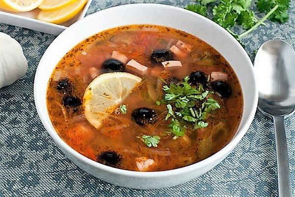 Солянка з копченостями: рецепти супу з оливками і без