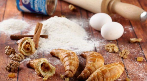 Рогалики зі згущеним молоком (з дріжджового тіста, листкові): рецепти
