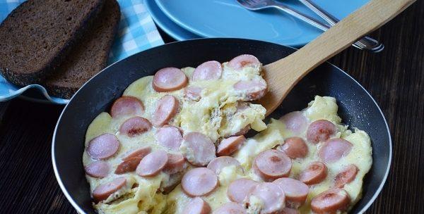 Яєчня з сосисками (класична, у вигляді серця): рецепти