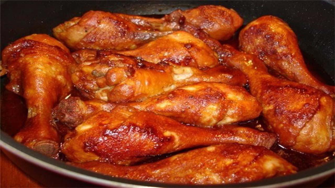 Тушковані курячі стегенця з картоплею в сметані, томатному соусі