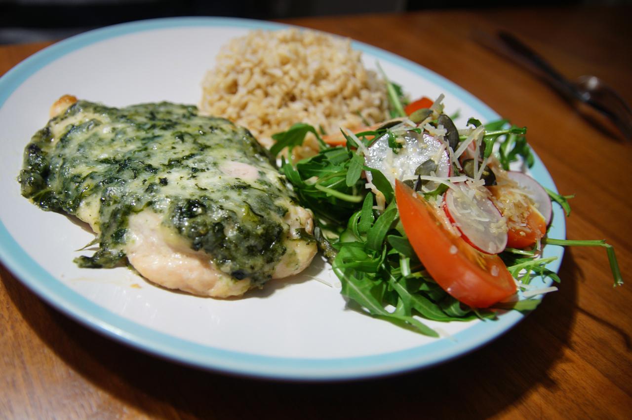 Курка зі шпинатом: з сиром, у вершках, салат і рецепт пирога