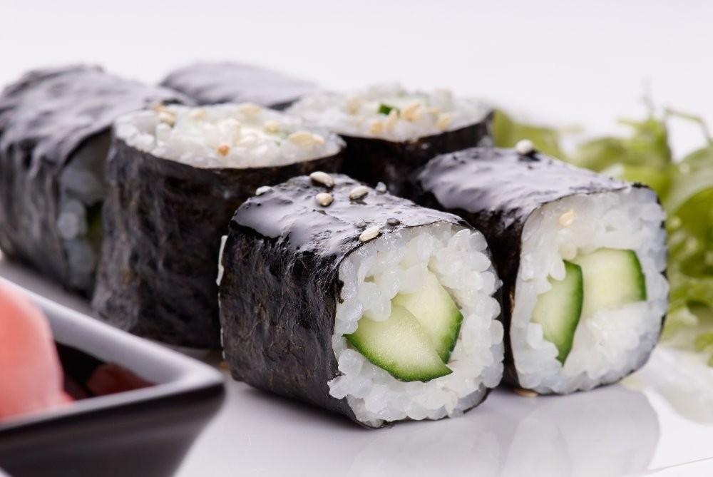 Роли з огірком (прості, з лососем): рецепти з фото покроково