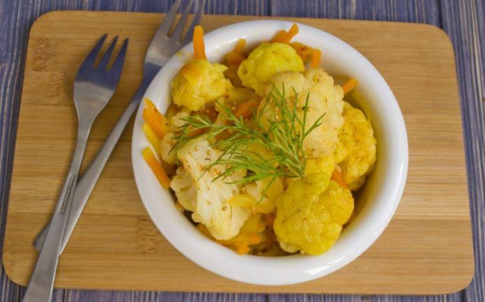 Тушкована кольорова капуста з овочами, в сметані): рецепти