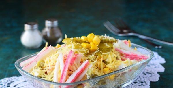 Салат з крабовими паличками і огірком: рецепти, калорійність