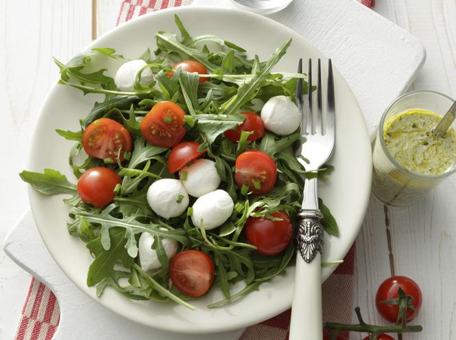 Салат з руколою, помідорами чері та моцарелою: рецепти