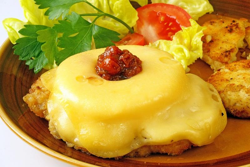 М'ясо по-французьки з ананасами в духовці на сковороді