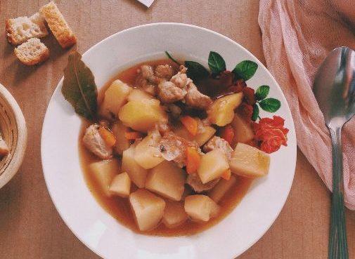 Тушкована картопля з м'ясом у каструлі - покрокові рецепти