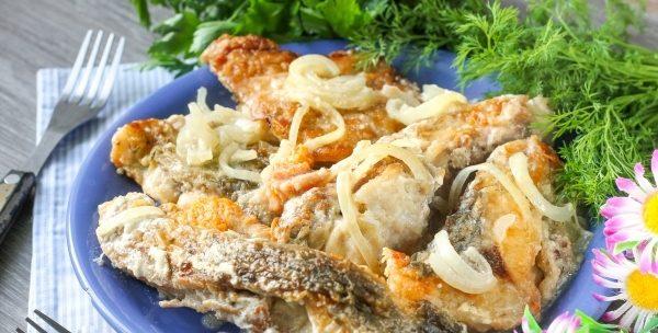 Риба тушкована в сметані (з овочами, з картоплею): рецепти