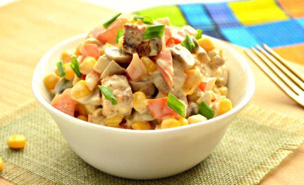 Легкий салат з куркою (вареною, копченої): рецепти з фото
