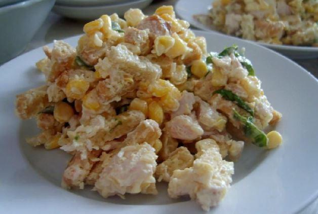 Салат з сухариками і кукурудзою: рецепти з фото покроково