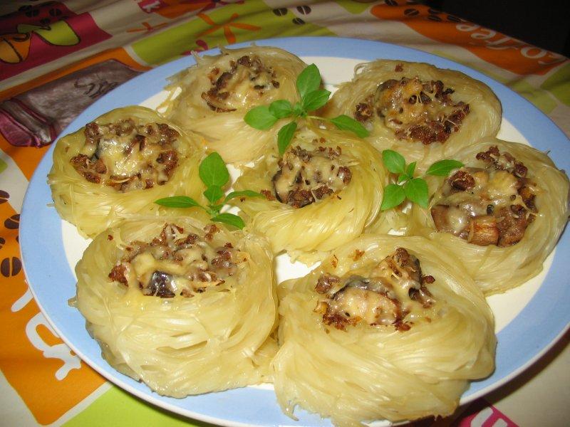 Гнізда з макаронів з фаршем на сковороді в духовці: рецепти