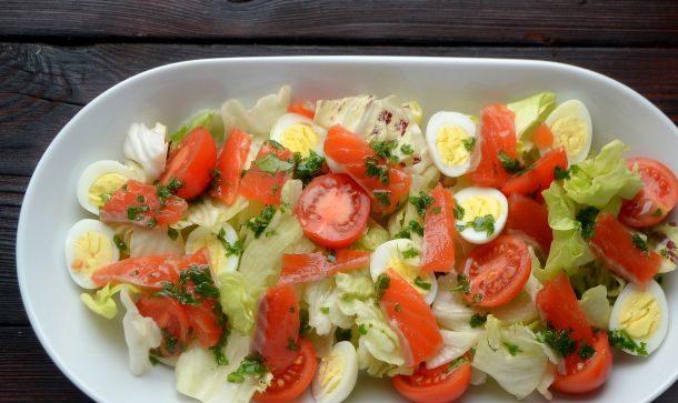 Салат з сьомгою слабосоленої (легкий, шарами): рецепти з фото