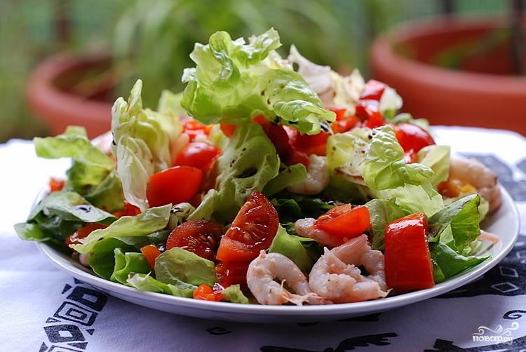 Салат з креветками і помідорами: покрокові рецепти на вибір