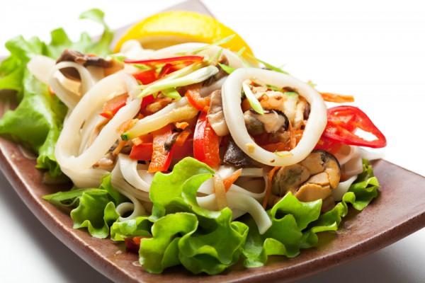 Салат з морського коктейлю - покрокові рецепти, калорійність