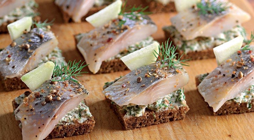 Бутерброди з оселедцем на святковий стіл: рецепти з фото