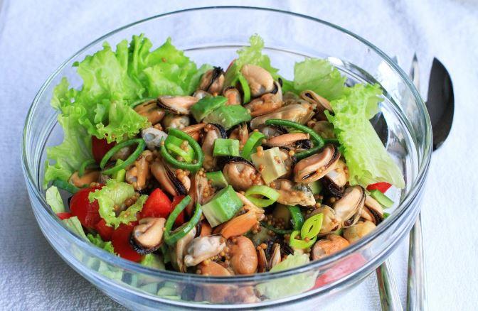 Салат з мідіями (консервованими, замороженими): рецепти