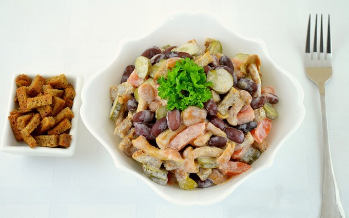 Салат з квасолею і шинкою: покрокові рецепти, калорійність