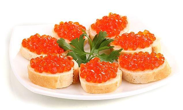 Бутерброди з червоною ікрою: рецепти з фото, калорійність