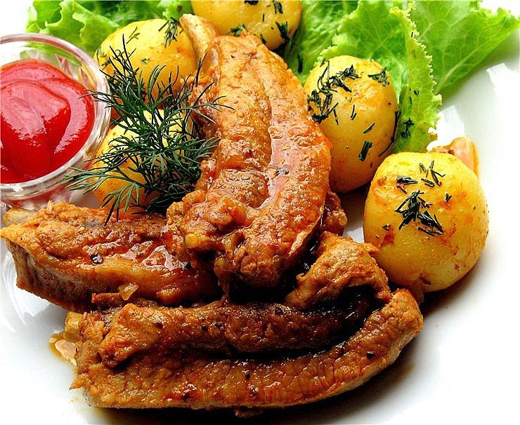 Тушкована картопля з реберцями: покрокові рецепти з фото