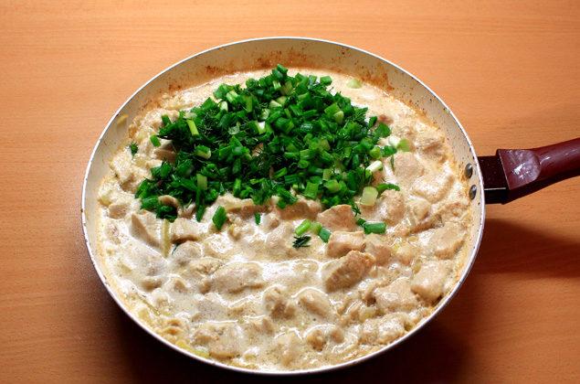 Свинина в сметанному соусі (на сковороді в духовці): рецепти