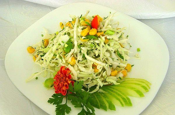 Салат з капустою і кукурудзою: покрокові рецепти з фото