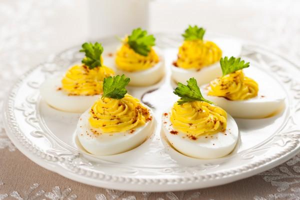 Яйця фаршировані різними начинками: прості рецепти з фото