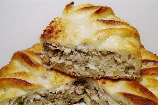 Заливний пиріг з рибними консервами: рецепти з фото покроково