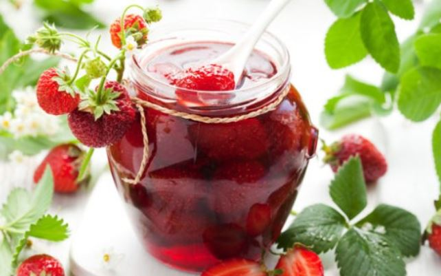 Варення з полуниці з цілими ягодами: п'ятихвилинка, густе