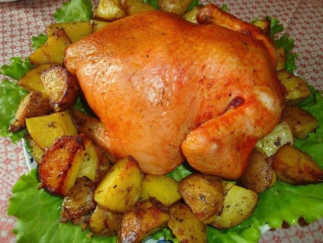 Як запекти курку з картоплею в духовці: цілком, в рукаві