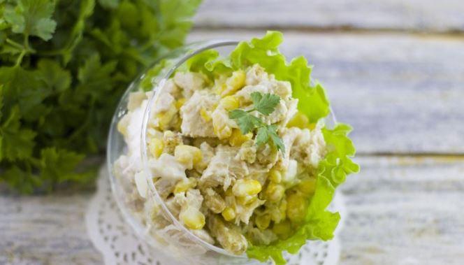 Салат з куркою і кукурудзою: рецепти приготування з фото